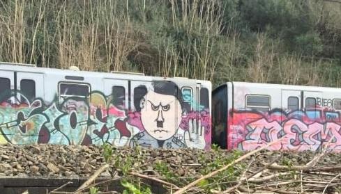 Atac, graffito di Hitler su un treno della Roma-Lido