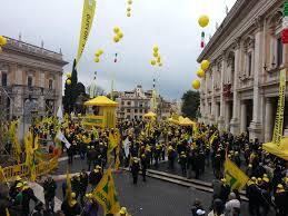 Latte, in Campidoglio la manifestazione degli allevatori per non morire: colpa dei prezzi di 20 anni...