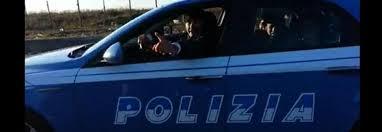 Nomadi su auto della polizia, il video finisce su facebook: scattano le indagini. Questura: