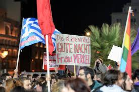 Grecia, in piazza contro l'austerity si canta 'Bella ciao'. Fumogeni e uova contro la sede Ue