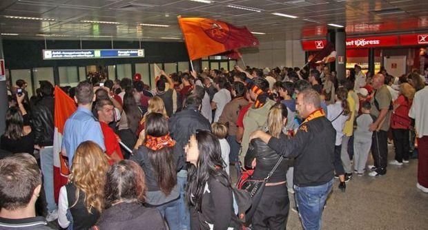 Feyenoord-Roma, i tifosi giallorossi ad Amsterdam: dopo i controlli della polizia, i viaggio verso R...