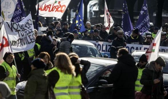 Vigili assenti a Capodanno, multa di 100 mila euro ai sindacati. Il Garante: