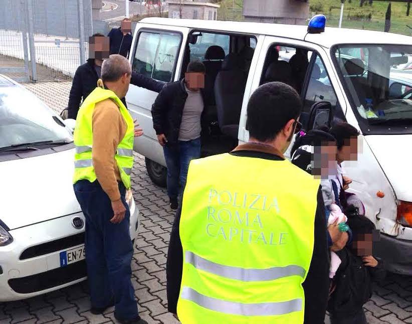 Vigili fermano bambini sfruttati addestrati al borseggio e all'accattonaggio