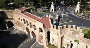 Mura Aureliane, si staccano frammenti della copertura di protezione