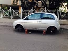 Cecchignola, ruba pneumatici dalle auto in sosta: in manette un 30enne