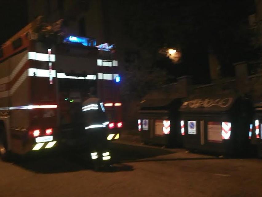 La Rustica, fiamme in un centro d'accoglienza: ospitava 100 rom, evacuata la struttura. Ipotesi gest...