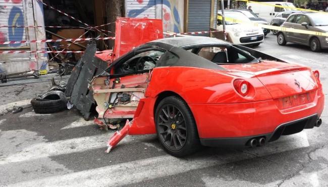 Ferrari contro un negozio in pieno centro: ferito il conducente