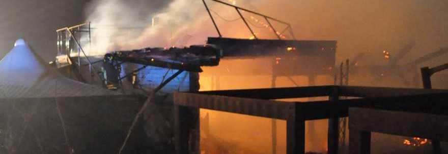 Incendio distrugge il chiosco Dadaumpa di Fiumicino, danni ingenti. Montino: