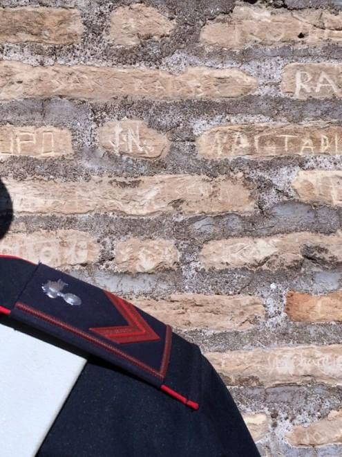 Colosseo, incidono il loro nome sul muro dell'Anfiteatro: denunciate 2 turiste