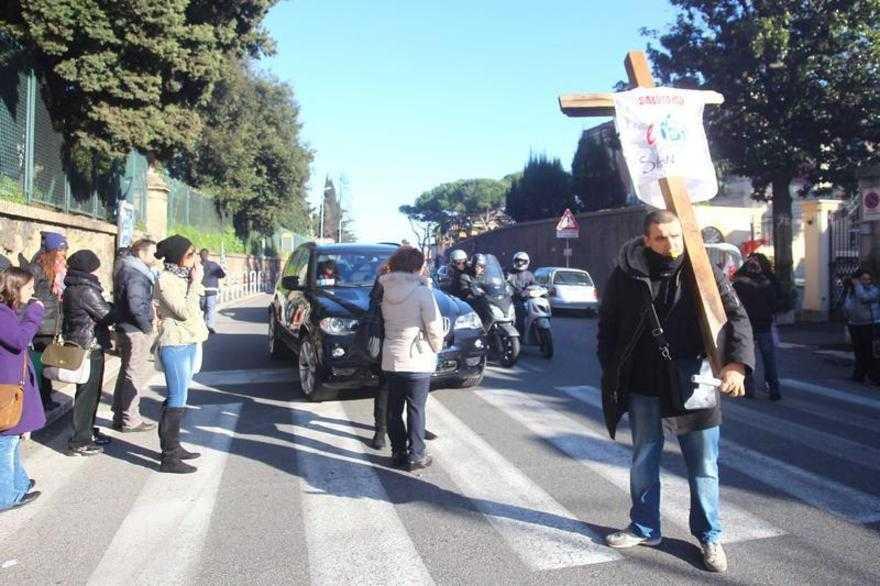 Idi, salta il tavolo: fiaccolata di protesta in Vaticano
