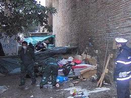 Lungotevere, bonificata l'area: i vigili demoliscono tre insediamenti abusivi