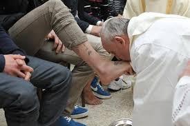 Il Papa a Rebibbia lava e bacia i piedi a 12 detenuti