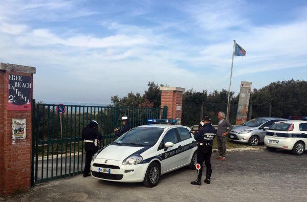 Mafia capitale, arrivano le ruspe: abbattuti i chioschi abusivi di Ostia. La querelle varchi in trib...