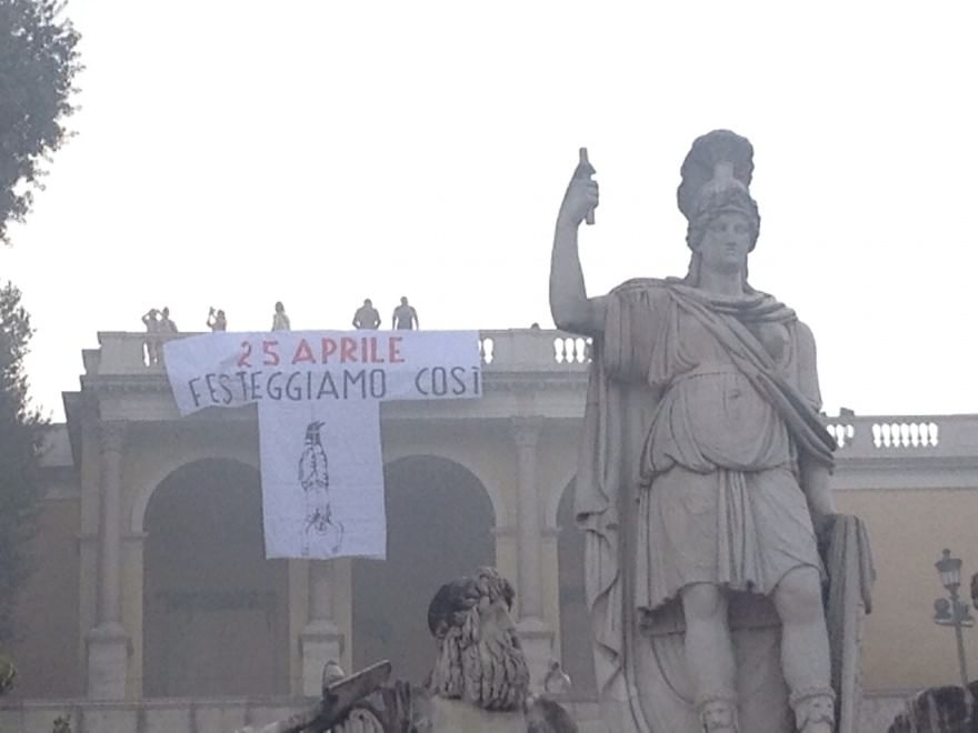 25 aprile shock, tra repubblichini e antifascisti è guerra di striscioni. Marino: