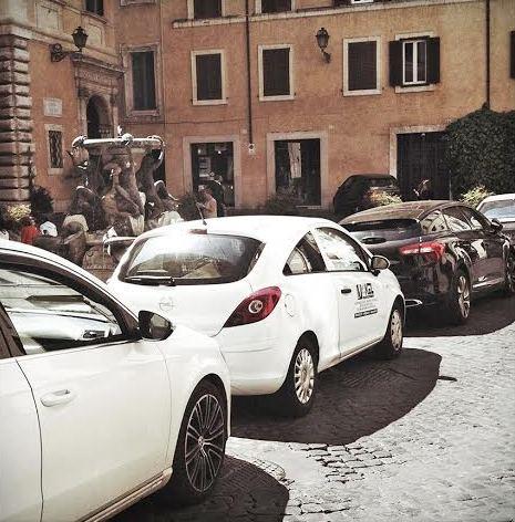 Parcheggio selvaggio a Fontana delle Tartarughe