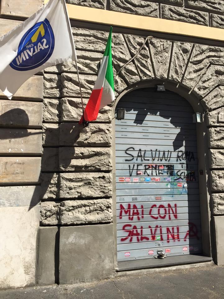 Salvini, scritte con il leader leghista sul muro della sede Ncs. Niente visita alla Garbatella
