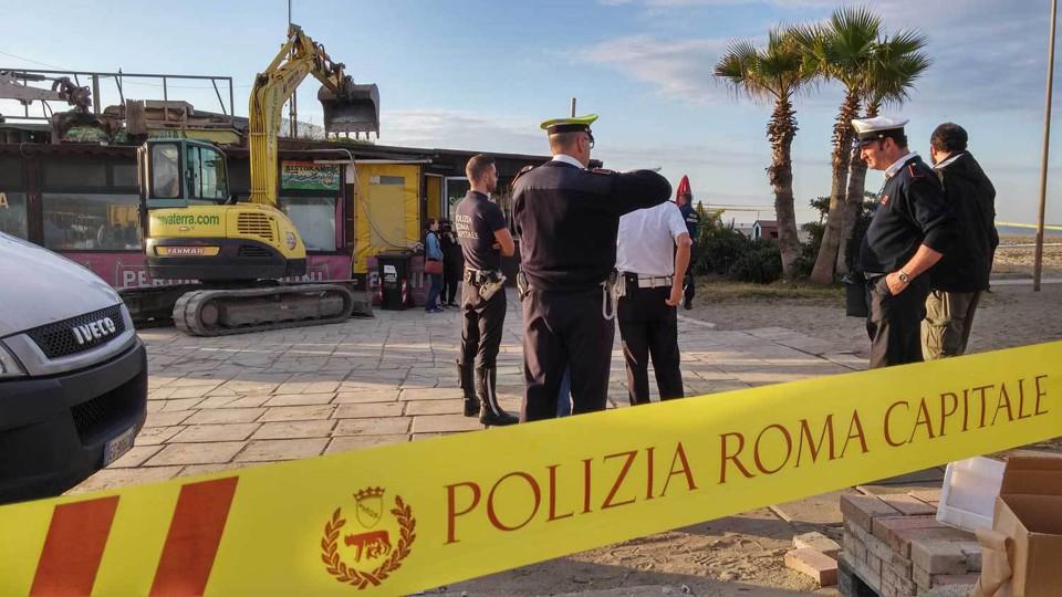 Castelporziano, vigili abbattono manufatti abusivi al chiosco 2