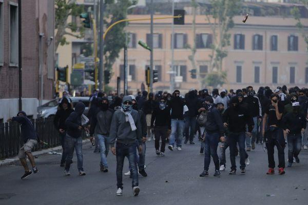 Derby, scontri all'Olimpico: accoltellati 2 romanisti Disordini a fine partita, cariche della polizi...