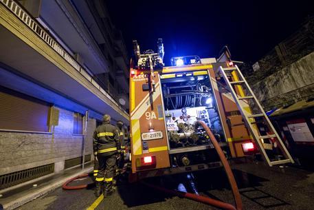 Spinaceto, incendio in una palazzina: salvate 4 persone