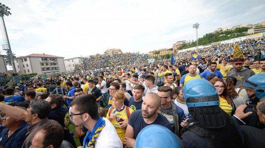 Cede una pensilina, grave un bimbo: tragedia alla festa per il Frosinone in Serie A