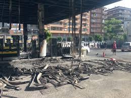 Tiburtina, a fuoco un distributore di benzina: distrutte 2 auto, 3 intossicati e strada chiusa