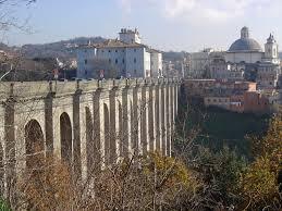 Ariccia, tenta di buttarsi dal ponte dei suicidi: 45enne salvato da poliziotti fuori servizio