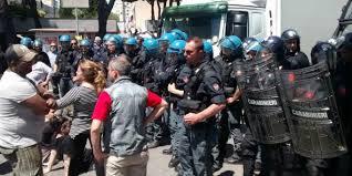 Torrevecchia, protesta anti sfratto: blocchi stradali e tensione con la polizia