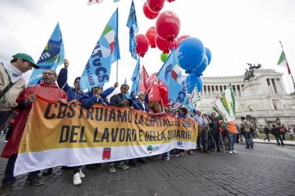 Sindacati in piazza contro il sindaco: