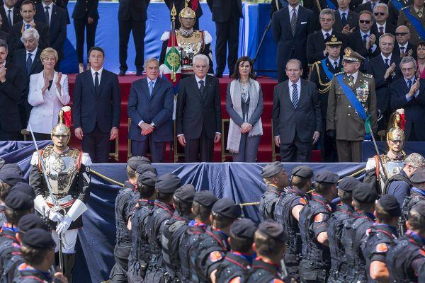 2 giugno, i festeggiamenti della Repubblica in via dei Fori. Mattarella omaggia il milite ignoto, pe...