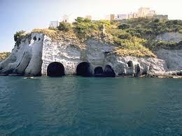 Isola di Ponza, turista francese cade dagli scogli delle grotte di Pilato: in salvo dopo 6 ore