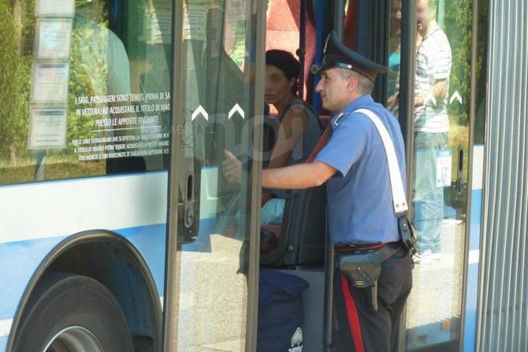 Sicurezza, controlli antiborseggio sui bus e al centro: 10 arresti