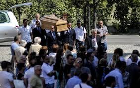 Incidente Roma, palloncini bianchi per il funerale di Corazon. Contestato Marino: