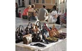 Abusivismo commerciale, i vigili sequestrano 20mila prodotti contraffatti