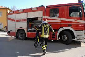 In bilico sulla ringhiera, bimbo di 4 anni salvato dai pompieri