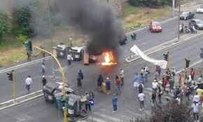 Blitz dei movimenti contro la chiusura del centro: cassonetti bruciati, ma sua via Castrense torna n...