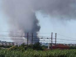 Incendio di rifiuti al campo nomadi La Barbuta: pericolo per l'impianto di depurazione
