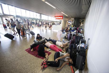Fiumicino, è record di passeggeri ma ancora problemi con la Vueling: è caos, passeggeri in rivolta