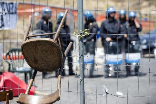 Casale San Nicola, rivolta di Casapound contro i profughi. In strada i residenti, tensioni con la po...