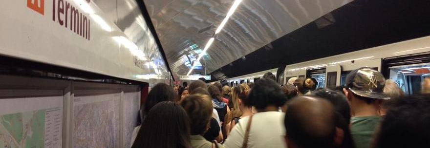 Rallentamenti, guasti e black out in metro: la rabbia dei romani