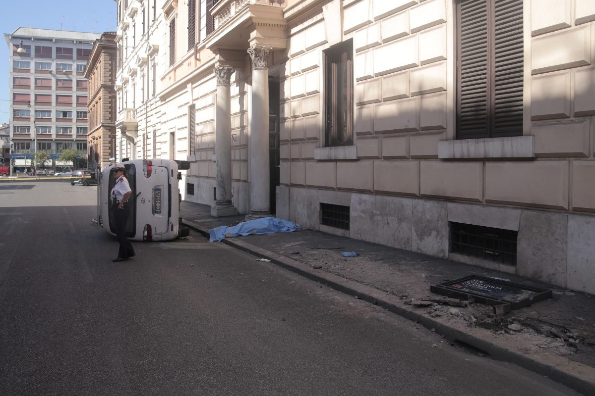 Furgone travolge cinque persone in centro: muore una donna