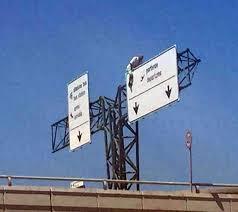 Fiumicino, sale su cartellone dell'aeroporto: