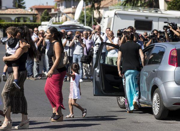 Casamonica, dopo il funerale show messa in suffragio blindata: tensione con i cronisti fuori la chie...