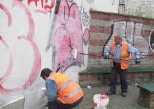 Decoro, la scritta riappare sui muri: Pics di nuovo in azione per ripulire l'area