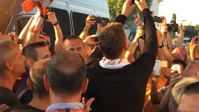 Roma. arriva Dzeko ed esplode l'entusiasmo dei tifosi a Fiumicino. Salah: