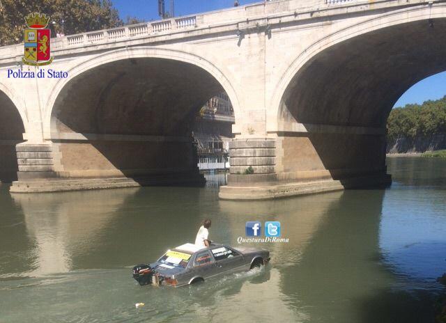Navigava il Tevere su un'auto trasformata in barca: bloccato dai vigili del fuoco