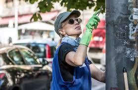"""Dopo Gassmann anche Nancy Brilli fa le pulizi: """"Città sporca"""""""