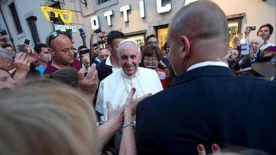 Vaticano, l'ottico del Papa: