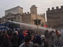 Casa, manifestazione a Porta Pia: attivisti sgomberati con gli idranti