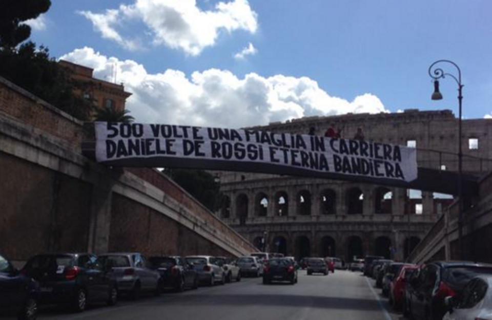 Roma, per De Rossi 500 partite in giallorosso: lo striscione al Colosseo