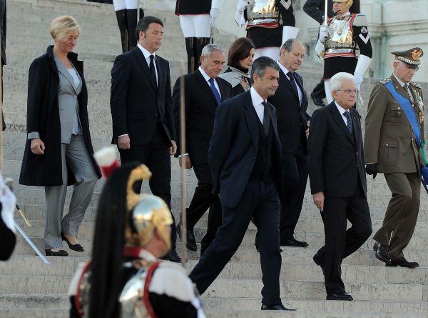 4 novembre, cerimonia all'altare della Patria: Renzi parla di Giubileo e poi selfie alla Fontana di ...